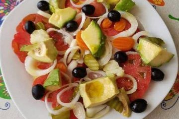Ensalada de Tomate, Cebollita, Encurtidos y Aceitunas Negras